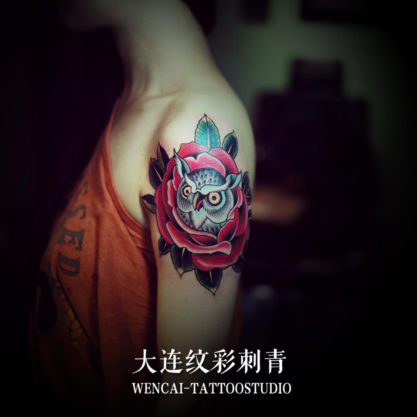 美甲店主刘小姐肩膀处的玫瑰猫头鹰纹身图案