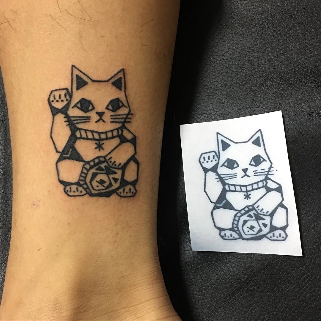 大连星海绿山城做旅游的孔小姐脚踝招财猫纹身图案