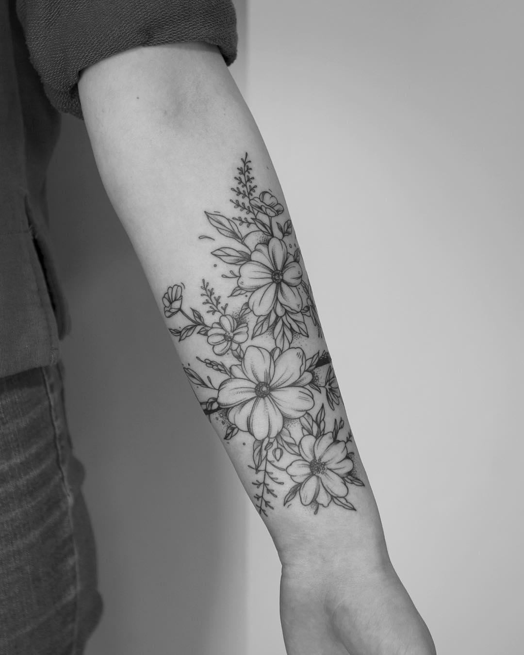 某龙虾店老板云小姐小臂樱花纹身图案