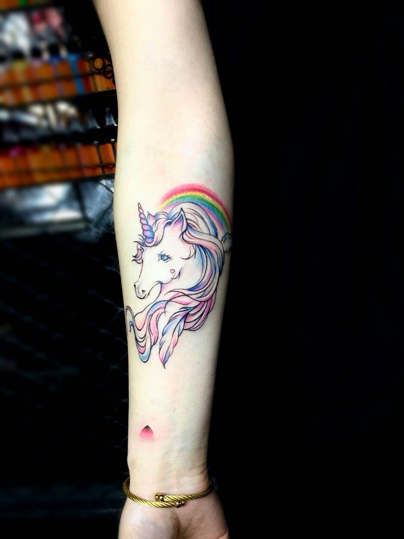 美女小臂非常吸引人眼球的粉色系独角兽彩虹纹身图案图片
